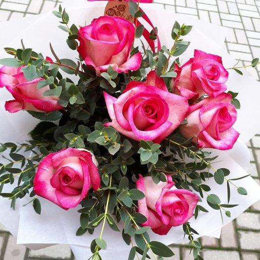 7 цветных розочек с зеленью: букеты цветов на заказ Flowwow