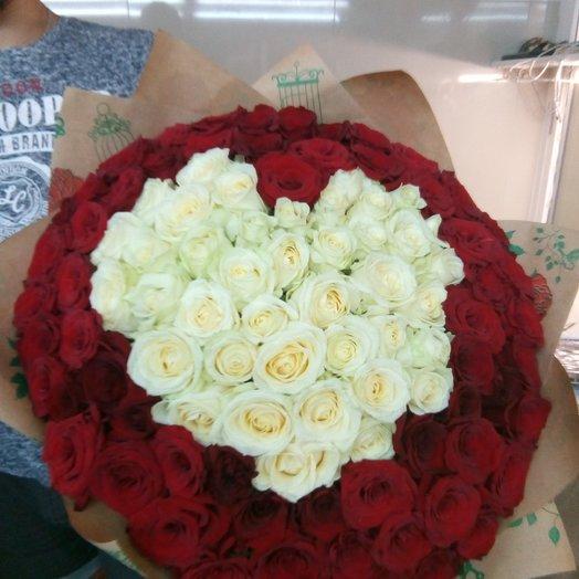 Букет в форме сердца белых и красных роз