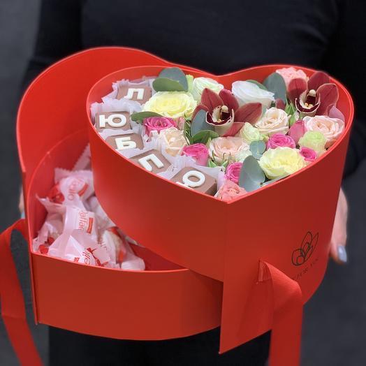 Коробка сердце  с цветами и сладостями: букеты цветов на заказ Flowwow