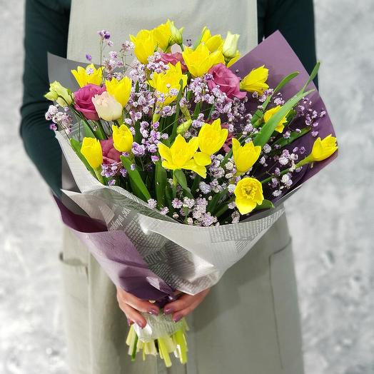 "Букет из нарциссов, лизиантуса ""И снова, Здравствуй"": букеты цветов на заказ Flowwow"