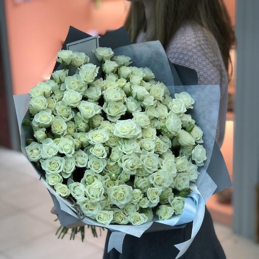 Белые кустовые розы: букеты цветов на заказ Flowwow