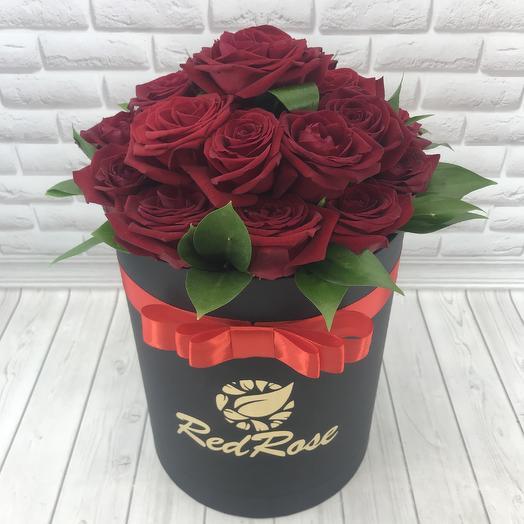 Коробка из 17 красных роз с зеленью: букеты цветов на заказ Flowwow