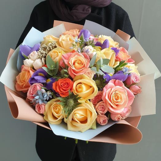 Букет из роз, ирисов и оксипиталума Настроение: букеты цветов на заказ Flowwow