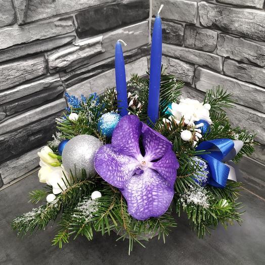Зимняя композиция с орхидеей и свечами: букеты цветов на заказ Flowwow