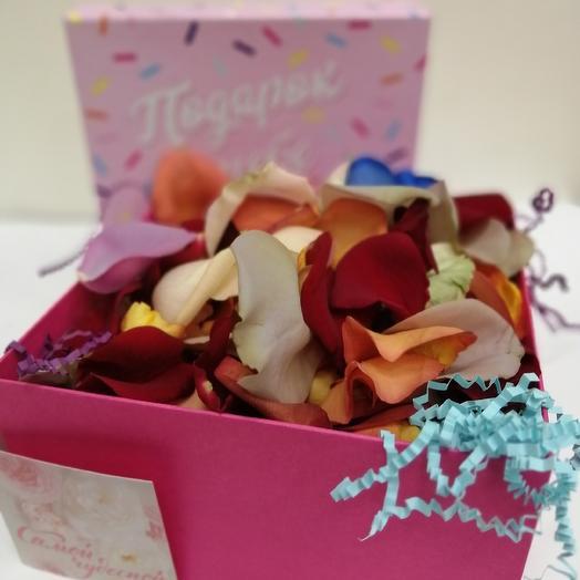 Коробочка с лепестками роз