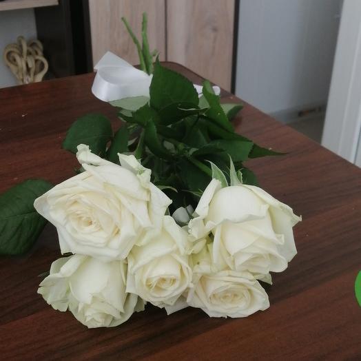 5 белых роз 50 см