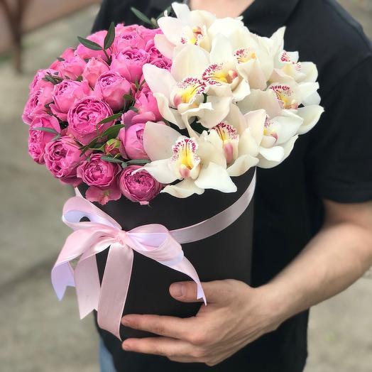 Пионовилные розы и орхидеи в коробке