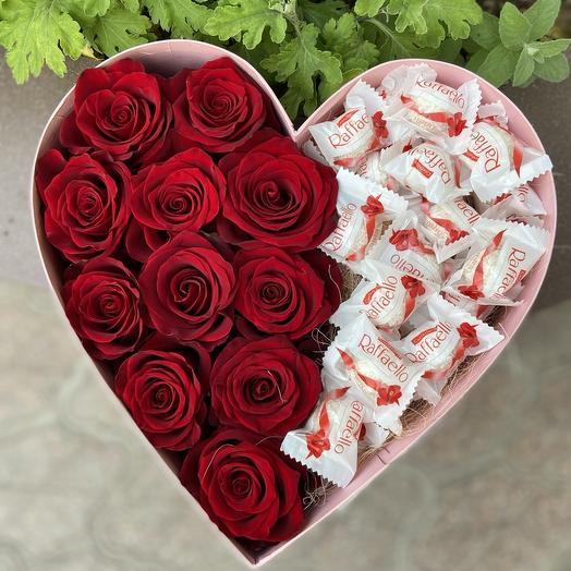 Бордовые розы и Raffaello в коробке сердце
