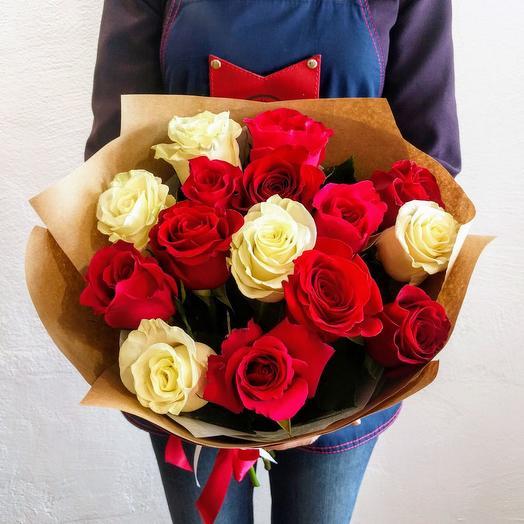 Букет из 15 белых и красных роз  60 см