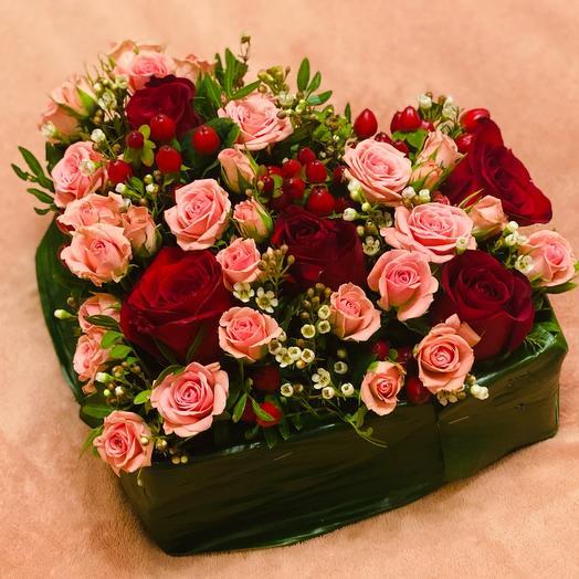 Композиция с розами в форме сердца
