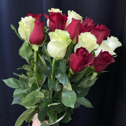 Букет из бело-красных роз