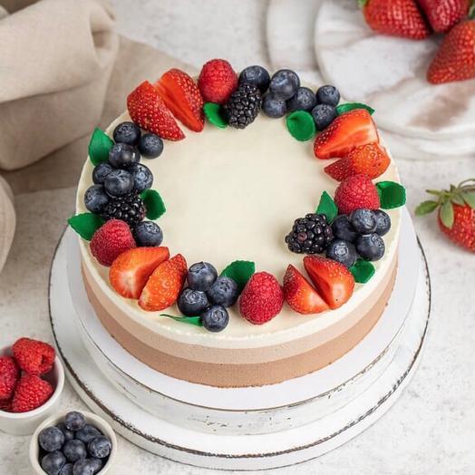 Торт три шоколада со свежими ягодами
