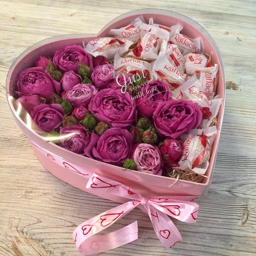 Цветы и конфеты в коробке в форме сердца