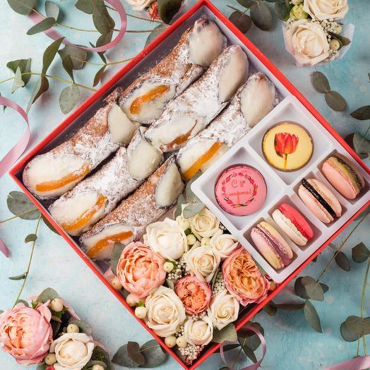 Подарочный набор 6 Канноли 6 макарон и цветы