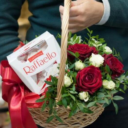 Корзина романтическая с цветами и конфетами
