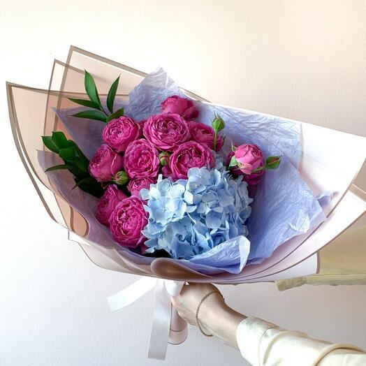 Гортензия с малиновыми розами