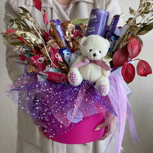 Съедобный Букет из шоколада и плюшевый медвежонок в шляпной коробке