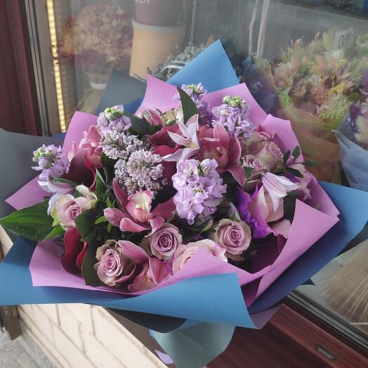 Изысканный букет цветов в аквапаке