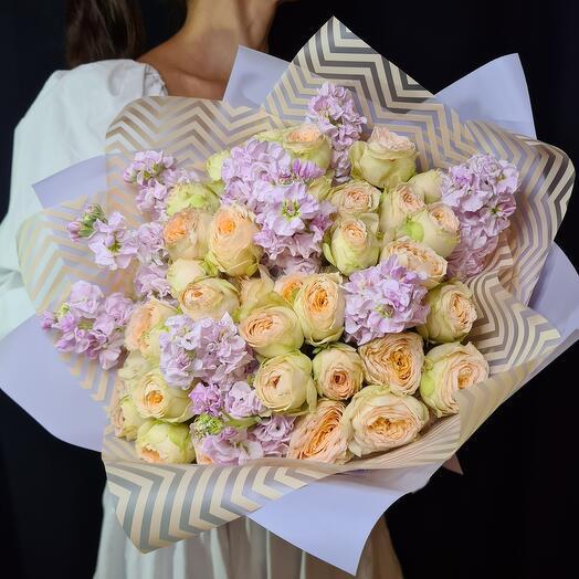 Роскошный букет из кустовых роз и маттиолы