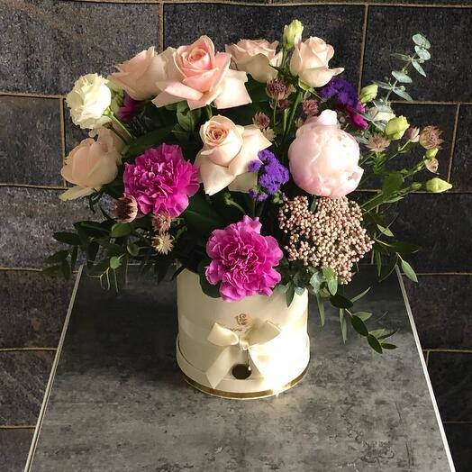 Цветы в коробке «Нежные розы с пионами»