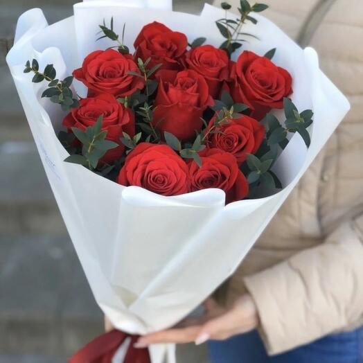 Букет красных роз с веточками эвкалипта