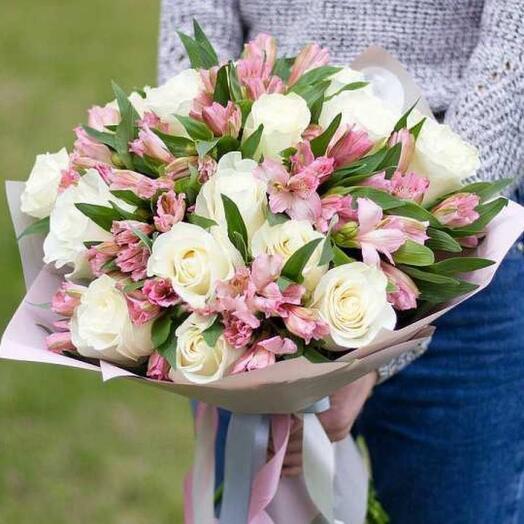 Букет из белых роз и альстромерии