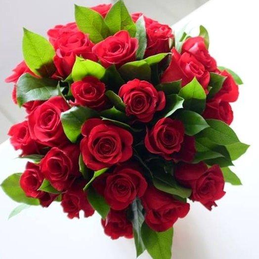 Красные розы с зеленью: букеты цветов на заказ Flowwow