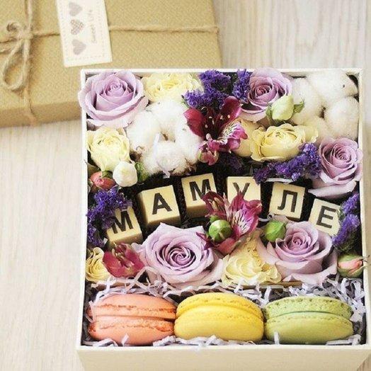 Квадратная коробка для мамы с макарунами и цветами