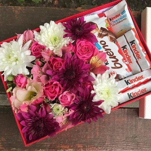 Коробочка микс из цветов с шоколадным набором Kinder: букеты цветов на заказ Flowwow