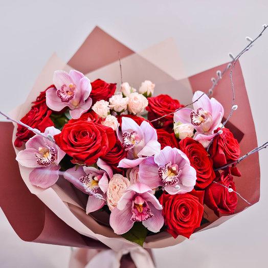 Сочный букет с розами и винными орхидеями: букеты цветов на заказ Flowwow