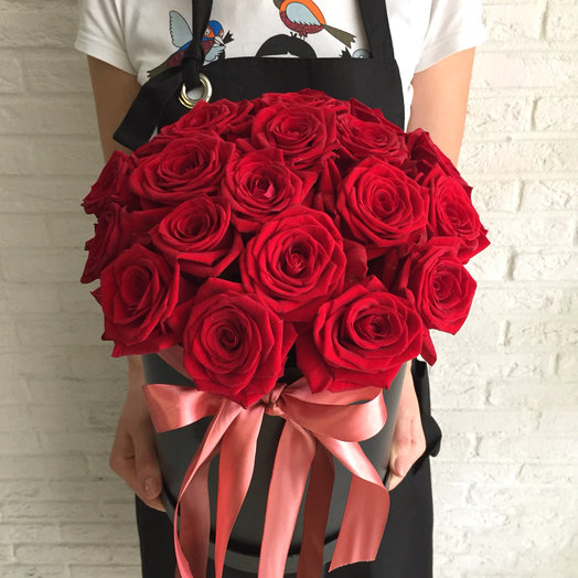 Шляпная коробка с алыми розами: букеты цветов на заказ Flowwow