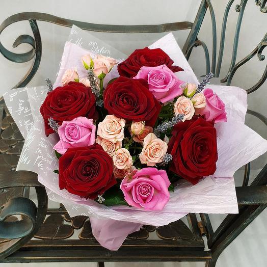 Букет из красных и розовых роз, кустовых роз с лавандой