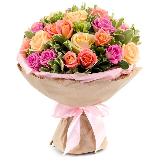 Букет из 29 разноцветных роз и питтоспорума: букеты цветов на заказ Flowwow