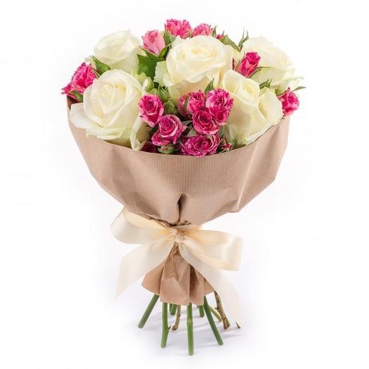 Нежный недорогой букет из роз и кустовых роз: букеты цветов на заказ Flowwow
