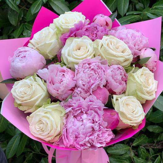 Букет из пионов и белых роз: букеты цветов на заказ Flowwow
