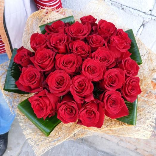 Дизайнерский букет 25 алых роз🌹🌹🌹: букеты цветов на заказ Flowwow