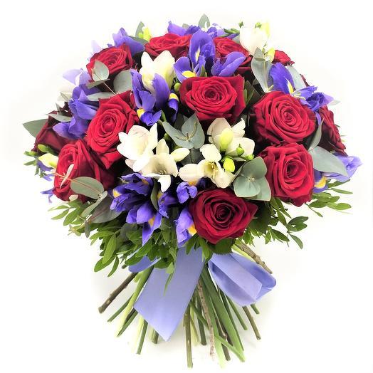 Букет с розами, ирисами и фрезией: букеты цветов на заказ Flowwow