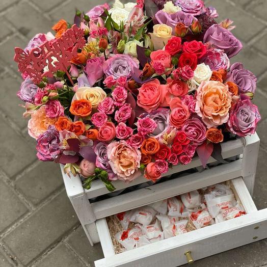 Ящик с цветами конфетами