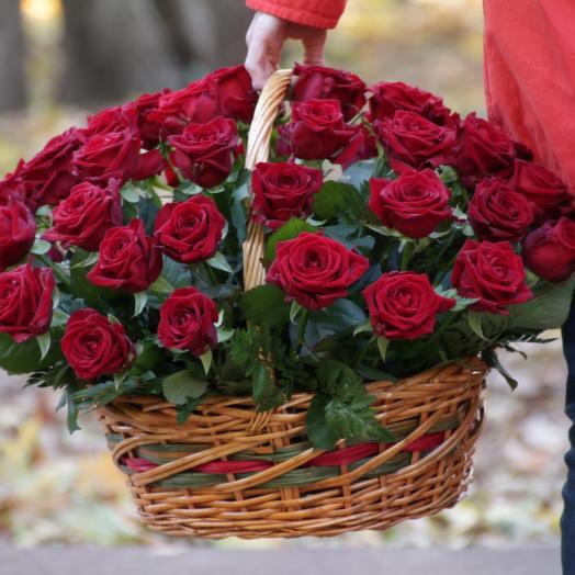 51 красна роза в корзине: букеты цветов на заказ Flowwow