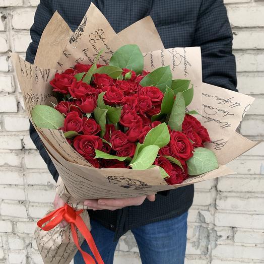Букет из 29 красных кустовых роз с зеленью: букеты цветов на заказ Flowwow