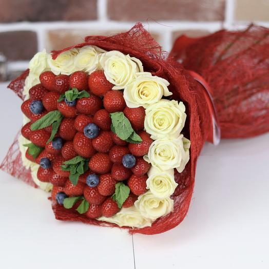 Букет из роз с клубникой и голубикой. N670