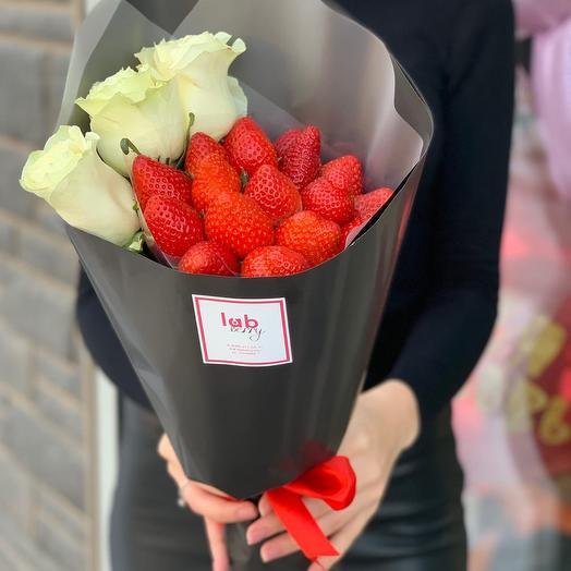 Клубничный букет с розами (Барокко S): букеты цветов на заказ Flowwow