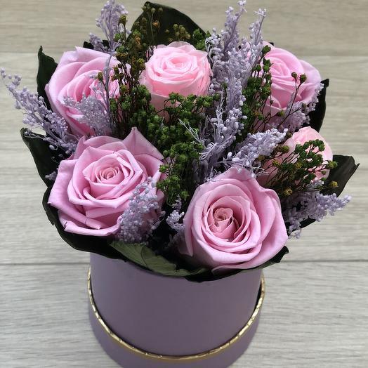Розы в сиреневой шляпной коробке