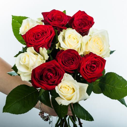 11 белых и красных роз: букеты цветов на заказ Flowwow