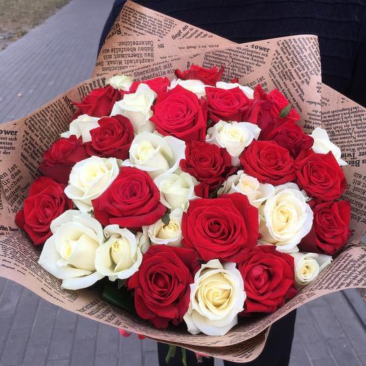 35 красно белых роз