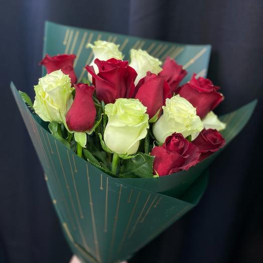 Букет из бело-красных роз в упаковке