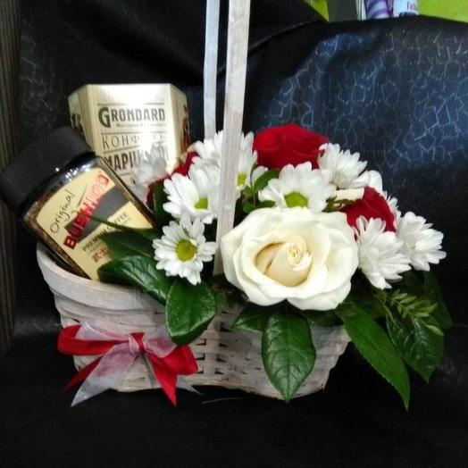 Корзина с цветами, кофе и конфетами