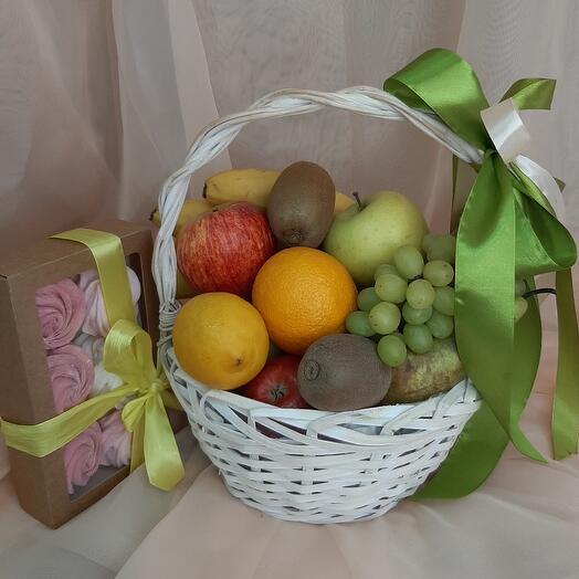 Корзина с фруктами и зефир ручной работы