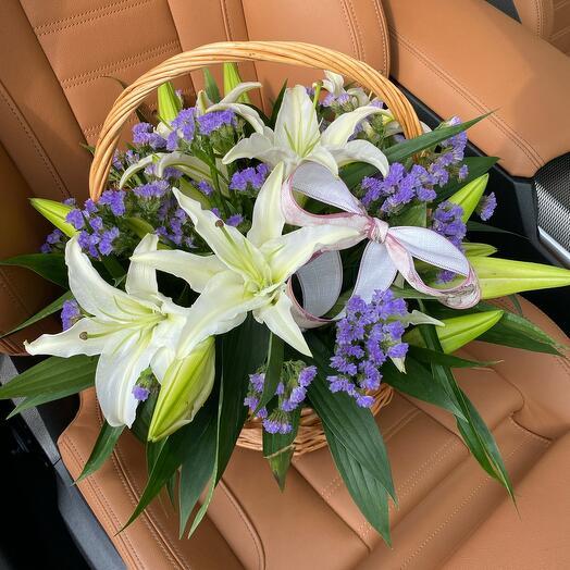 Ароматные лилии в корзинке