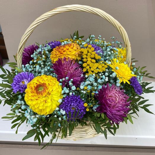 Корзина с яркими цветами